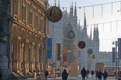 Första mäktiga blick på berömda Milan Cathedral Duomo di Milano royaltyfri fotografi