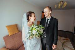Första möte av bruden och brudgummen Royaltyfri Fotografi