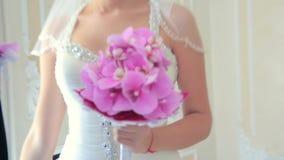 Första möte av brudgummen And Bride stock video