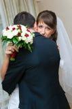 Första mötebrud och brudgum för bröllopdag. Förälskelseomfamning Arkivfoto