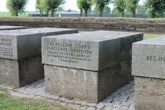 Första minnesmärkear för arméenhet för världskrig tyska på den Langemark kyrkogården Belgien Arkivfoto