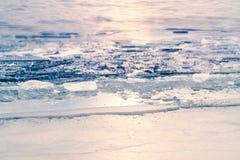 Första is på sjön i sen höst Kommande landskap för vinter royaltyfri foto