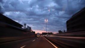 Första person pov på fantastisk sikt från exponeringsglas för vindsköld på molnet för skurkrollgrå färgregn i himmel över den upp stock video
