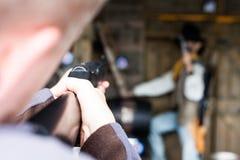 Första personskytt som siktar i målet Militärt begrepp med gevär- och skyttemannen Övningsskottlossning med ett gevär Skyttewi royaltyfria bilder