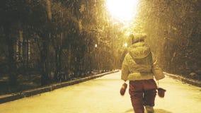 Första snö för lilla flickan på hösten Behandla som ett barn går lager videofilmer