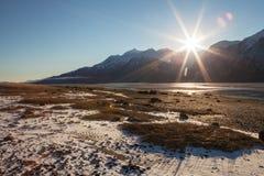 Första snö och Sunburst royaltyfri foto
