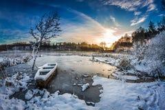 Första snö på soluppgång i vinter arkivbild