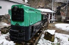 Första snö som faller på det historiska lilla min drevet som används för transport av malmvagnar som visas nu som utställning Royaltyfri Fotografi
