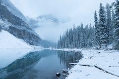 Första snömorgon på morän sjön i sjön för berg för vinter för Banff nationalpark den Alberta Canada Snö-täckte i en vinteratmosfä arkivfoton