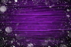 Första snöram på violett trätabellbakgrund för glad jul och lyckligt nytt år royaltyfri illustrationer
