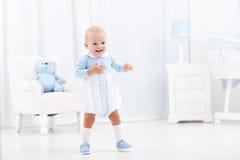 Första steg av behandla som ett barn pojken som lär att gå Royaltyfria Bilder