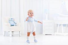 Första steg av behandla som ett barn pojken som lär att gå Royaltyfri Fotografi