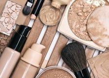 Första steg av makeupapplikationen - fundamentprodukter Royaltyfri Bild