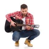 Första steg på gitarren Arkivbilder
