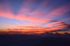 första strålstigningssun Dimmiga berg i morgonen Su Royaltyfria Foton