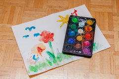 Första teckningsbild och vattenfärger för barn Arkivbild