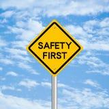 Första vägmärke för säkerhet royaltyfri fotografi