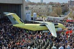 Första visning av monteringsbandet av det nya transportflygplanet Antonov An-178, April 16, 2015 Arkivfoto