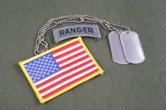 Förstervorsprung der AMERIKANISCHEN ARMEE mit Erkennungsmarke- und Flaggenflecken auf Olivgrünuniform Lizenzfreie Stockbilder