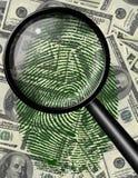 Förstora exponeringsglas och identifiera med fingeravtryck USA-valuta Royaltyfri Foto