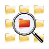 Förstora exponeringsglas på röd mapp Fotografering för Bildbyråer