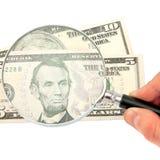 förstorande pengar för glass hand Arkivbild