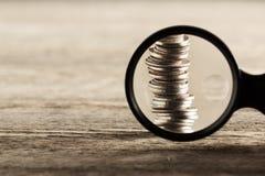 Förstoring av pengarna arkivbilder
