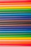 Förstoringsapparat och färgade blyertspennor Arkivfoto