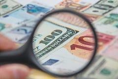 Förstoringsglas på de amerikanska dollarna Royaltyfri Foto