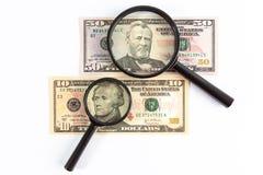 Förstoringsglas som förläggas på US dollarräkningar Royaltyfri Foto