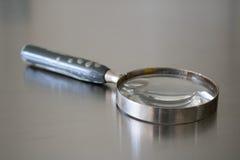 Förstoringsglasantikvitet på silverjordning Arkivbild