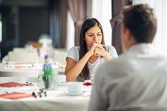 Förströdd eftertänksam kvinna som tänker, lyssnande konversation inte Emotionella mentala problem Frågor i förbindelse och förhål arkivbilder