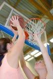 Försvar under basketmatchen Royaltyfria Foton