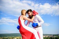 Försvara din åsikt i konfrontation Mannen och kvinnan slåss bakgrund för himmel för boxninghandskar Kvinnlig attack Tagandekurs s royaltyfri bild
