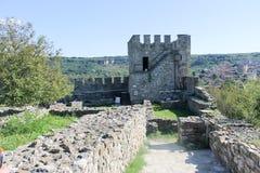 Försvarande torn för crossbowmen i den Tsarevets fästningen Arkivbilder