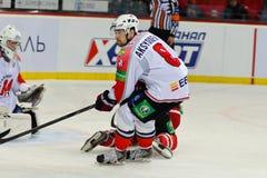 Försvarare Alexander Aksenenko för HC Metallurg Novokuznetsk Arkivbild