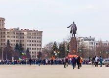 Försvarare av den Lenin monumentet i Kharkov Arkivbilder