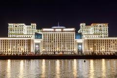 Försvarsdepartementet som är från den ryska federationen på natten Arkivfoto