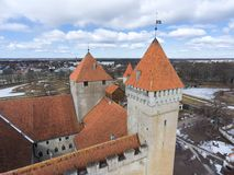 Försvartorn av den Kuressaare fästningen med vindflöjeln Vår Medeltida befästning i den Saaremaa ön, Estland, Europa Fotografering för Bildbyråer