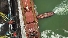 Förtöja av ett skepp i en port med hjälp av towboats stock video