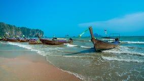Förtöja fartyget med repet som binds på sand, sätta på land arkivfoto
