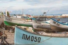 Förtöja fiskebåtar i den bulgariska staden av Pomorie Royaltyfri Fotografi
