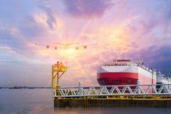 Förtöja ligan i porten till avvikelsen, skepp för automatiskbilbärare arkivfoto