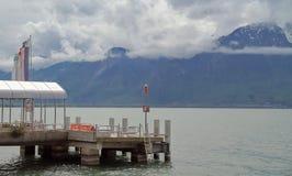 Förtöja med härliga sikter av sjön och bergen royaltyfri foto