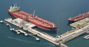 förtöja nära tankfartyget Royaltyfri Bild