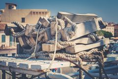 Förtöja och räddningsaktionstege med träplankor och rep arkivbild