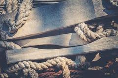 Förtöja och räddningsaktionstege med träplankor och rep arkivbilder
