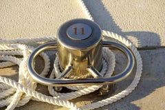 Förtöja pelaren nummer elva för att förtöja yachter i flotta, med det vita repet och gjort från rostfritt stål royaltyfri foto
