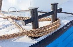 Förtöja pollaren på däcket av skeppet royaltyfri fotografi