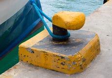 Förtöja pollaren på hamnplatsen fotografering för bildbyråer